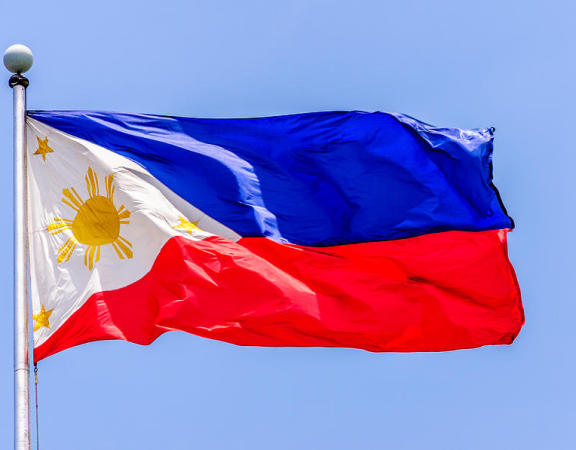 flying-national-flag-of-the-philippines-over-rizal-park-manila-colin